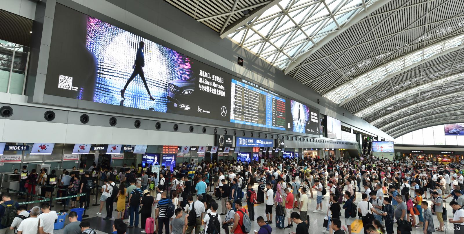 成都机场广告牌.png